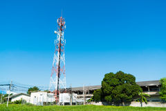 Antenas de televisão do mastro da telecomunicação com céu azul Fotografia de Stock Royalty Free