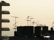 Antenas de televisão do telhado fotografia de stock