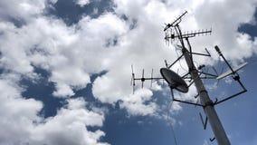 Antenas de televisões com Fotografia de Stock Royalty Free