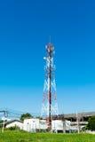 Antenas de televisión del palo de la telecomunicación en el cielo azul Imagen de archivo libre de regalías