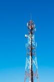 Antenas de televisión del palo de la telecomunicación en el cielo azul Fotos de archivo libres de regalías
