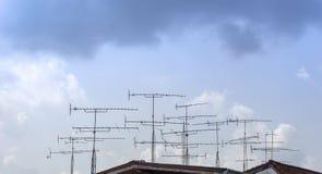 Antenas de televisión encima del tejado imagen de archivo libre de regalías