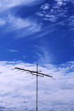 Antenas de televisiones con el fondo nublado del cielo azul Fotos de archivo