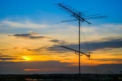 Antenas de televisiones en torre superior imagen de archivo libre de regalías
