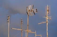 Antenas de TV con las nubes fotos de archivo libres de regalías