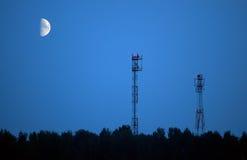 Antenas de uma comunicação celular e da lua Imagens de Stock Royalty Free