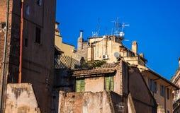 Antenas en el tejado en el centro de ciudad de Roma Imagen de archivo