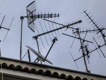 Antenas en el top de un edificio imagen de archivo