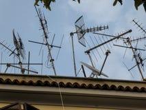 Antenas en el top de un edificio imagenes de archivo