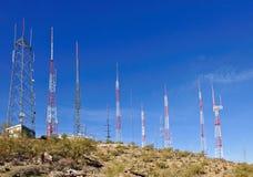 Antenas en la ladera imagenes de archivo