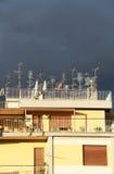 Antenas en un tejado, contra un cielo nublado Imagen de archivo