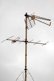 Antenas en un tejado sobre un nublado fotos de archivo