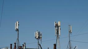Antenas para la comunicación celular y móvil en fondo del cielo Antenas de la comunicación del teléfono móvil, televisión almacen de video