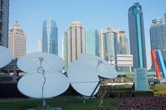 Antenas parabólicas com construções modernas foto de stock