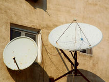 Antenas parabólicas de la TV Foto de archivo