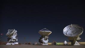 Antenas parabólicas de radio que giran en la noche almacen de metraje de vídeo