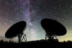 Antenas parabólicas debajo de las estrellas imagenes de archivo