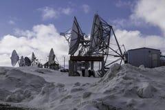 Antenas parabólicas en la carretilla Alaska fotos de archivo libres de regalías