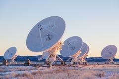 Antenas parabólicas en un campo Fotos de archivo libres de regalías
