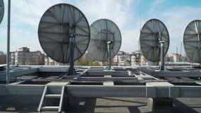 Antenas parabólicas industriales en el tejado de un edificio almacen de video