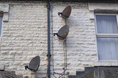 Antenas parabólicas na parede fotos de stock royalty free