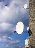 Antenas parabólicas na parede da casa Fotos de Stock Royalty Free