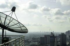 Antenas parabólicas no balcão da construção alta em Banguecoque em Tailândia fotos de stock royalty free