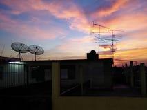 Antenas parabólicas parabólicas en los tejados del edificio Foto de archivo libre de regalías