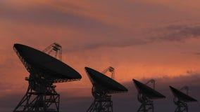 Antenas parabólicas que se mueven en time lapse contra un cielo de la puesta del sol almacen de video