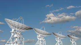 Antenas parabólicas que se mueven en time lapse contra un cielo nublado metrajes