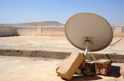 Antenas satélites em um telhado do hospital Imagem de Stock