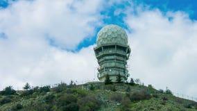 Antenas satélites no laboratório de pesquisa secreto Construção do obervatório com abóbada vídeos de arquivo
