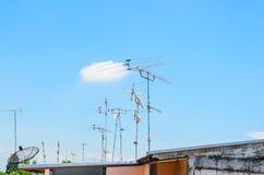 Antenas y antenas parabólicas de la TV analógica fotografía de archivo