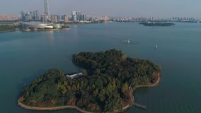 Antenn över ön i mitt av sjön lager videofilmer