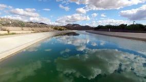 Antenn över den Scottsdale kanalen med bergbakgrund lager videofilmer
