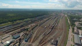 Antenn över det järnväg navet som visar gaffeln av järnvägsspåren lager videofilmer