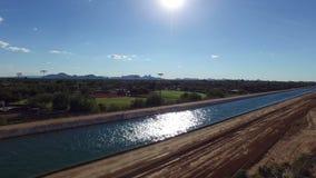 Antenn över kanalen i Scottsdale Arizona stock video