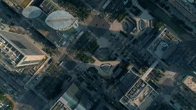 Antenn över stad och skyskrapor stock video
