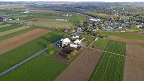 Antenn av Amish lantg?rdar arkivfoto