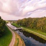 Antenn av bron i holländskt landskap Royaltyfri Fotografi