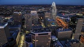 Antenn av Cincinnati, Ohio efter mörker Royaltyfri Bild