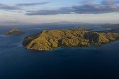 Antenn av den Komodo ön i Indonesien royaltyfria bilder