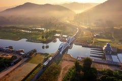 Antenn av den Thachomphu järnvägsbron eller den vita bron i Lamphun, Thailand royaltyfria foton