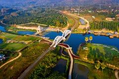 Antenn av den Thachomphu järnvägsbron eller den vita bron i Lamphun, Thailand arkivfoto