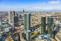 Antenn av det finansiella området i Frankfurt Arkivbilder