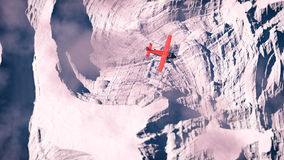 Antenn av det röda flygplanet som flyger över arktiskt snölandskap Arkivbild