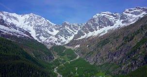 Antenn av det stora berget i de italienska fjällängarna att dra in arkivfilmer