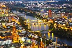 Antenn av Frankfurt vid natt Arkivfoto