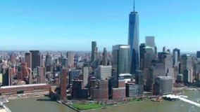Antenn av frihetstornet och New York horisont stock video