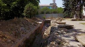 Antenn av grävde diken för rörledningar och kommunikationer på en konstruktionsplats Vattenrörledningrekonstruktion och lager videofilmer